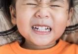 Почему дети скрипят зубами? Это опасно?